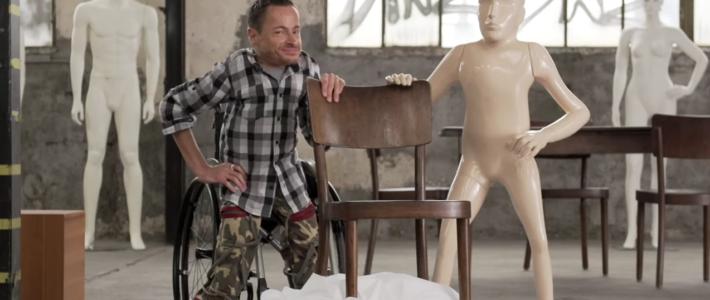 Erwin Aljukic pose avec un mannequin réalisé d'après sa silhouette pour la campagne «Qui est parfait?»