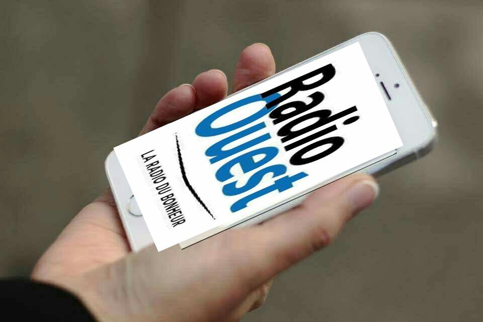 Logo de Radio Ouest sur un téléphone portable