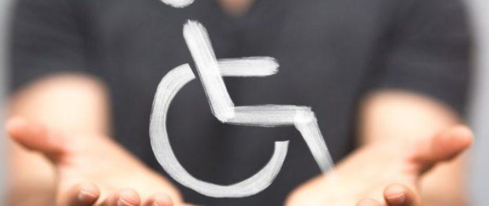 Des mains tendues, floutes, avec un pictogramme de chaise roulante au centre de l'image