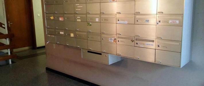 Un hall d'entrée d'immeuble, avec ses boîte aux lettres