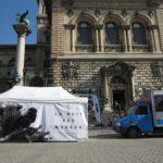 Le stand des Guides volants de la Nuit des musées de Lausanne et Pully 2017, sur la Place de la Riponne, devant le Palais de Rumine